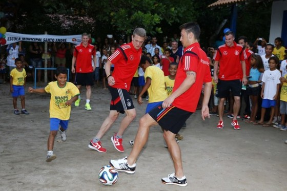 Germany's Mesut Ozil withe the kids of Brazil (photo by Felipe Oliveria)